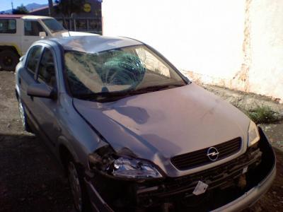 Opel Astra,sin un labio y con un chichón;(literalmente)