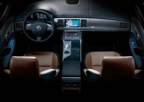 En el interior del jaguar XF-R se respira un ambiente de lujo